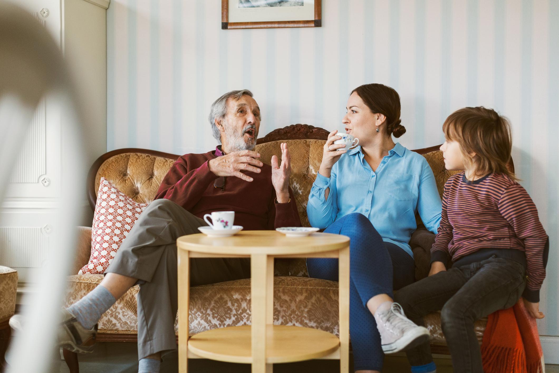 Small-Talk auf dem Sofa zwischen jungen und älteren Menschen