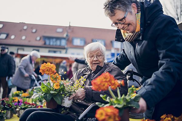 Bunte Blumen werden von der Bewohnerin ausgesucht