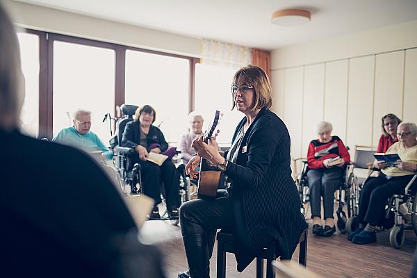 Gemeinschaftliche Gesangsrunde mit musikalischer Begleitung