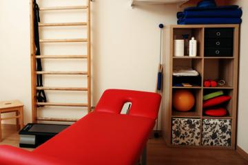 Therapieraum mit physiotherapeutischen Geräten