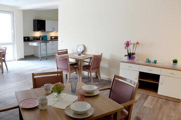 Blick auf schön angerichteten Tisch im Hintergrund eine Küche