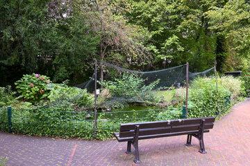 Gartenbank stehend zum Teich im Johanniterhaus Bonn.