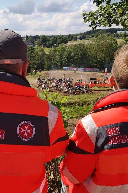 Zwei Johanniter beim Sanitätsdienst während eines Motocross-Rennens