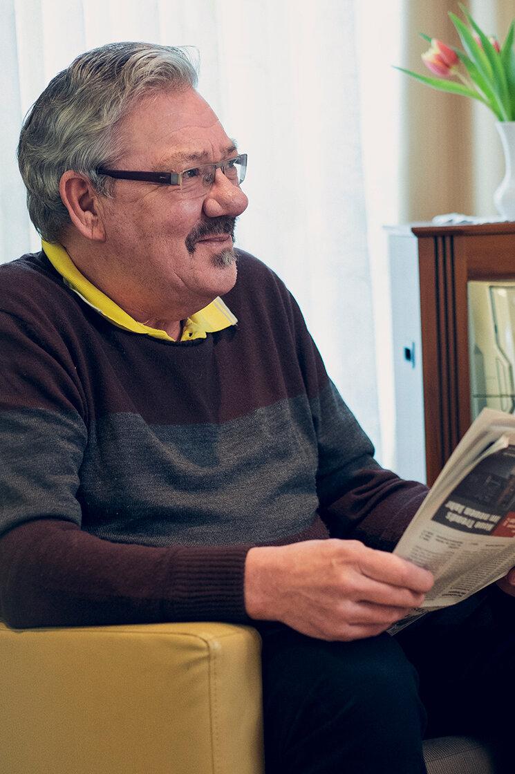 Ein älterer Herr liest Zeitung im Johanneshaus Empelde