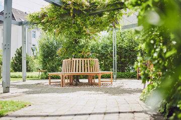 Die kreisrunde Gartenbank im Garten des Johanniter-Stift