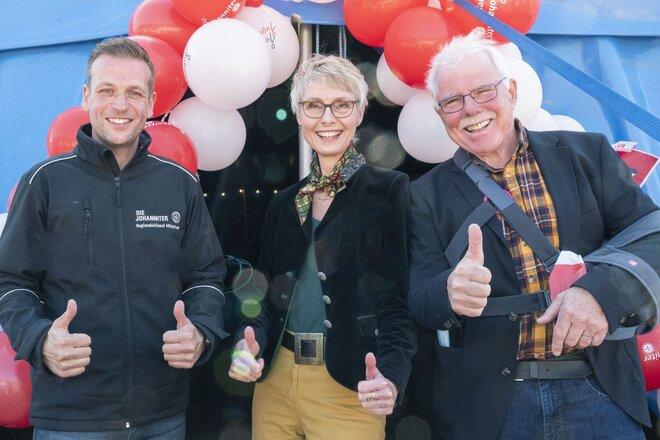 Johanniter-Regionalvorstand Christian Görg mit Marion Danneboom, Geschäftsführerin der Raiffeisen-Stiftung, und Ortsbürgermeister Alfred Sebastian.