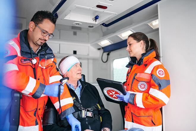 Behandlung eines Patienten im Rettungswagen.