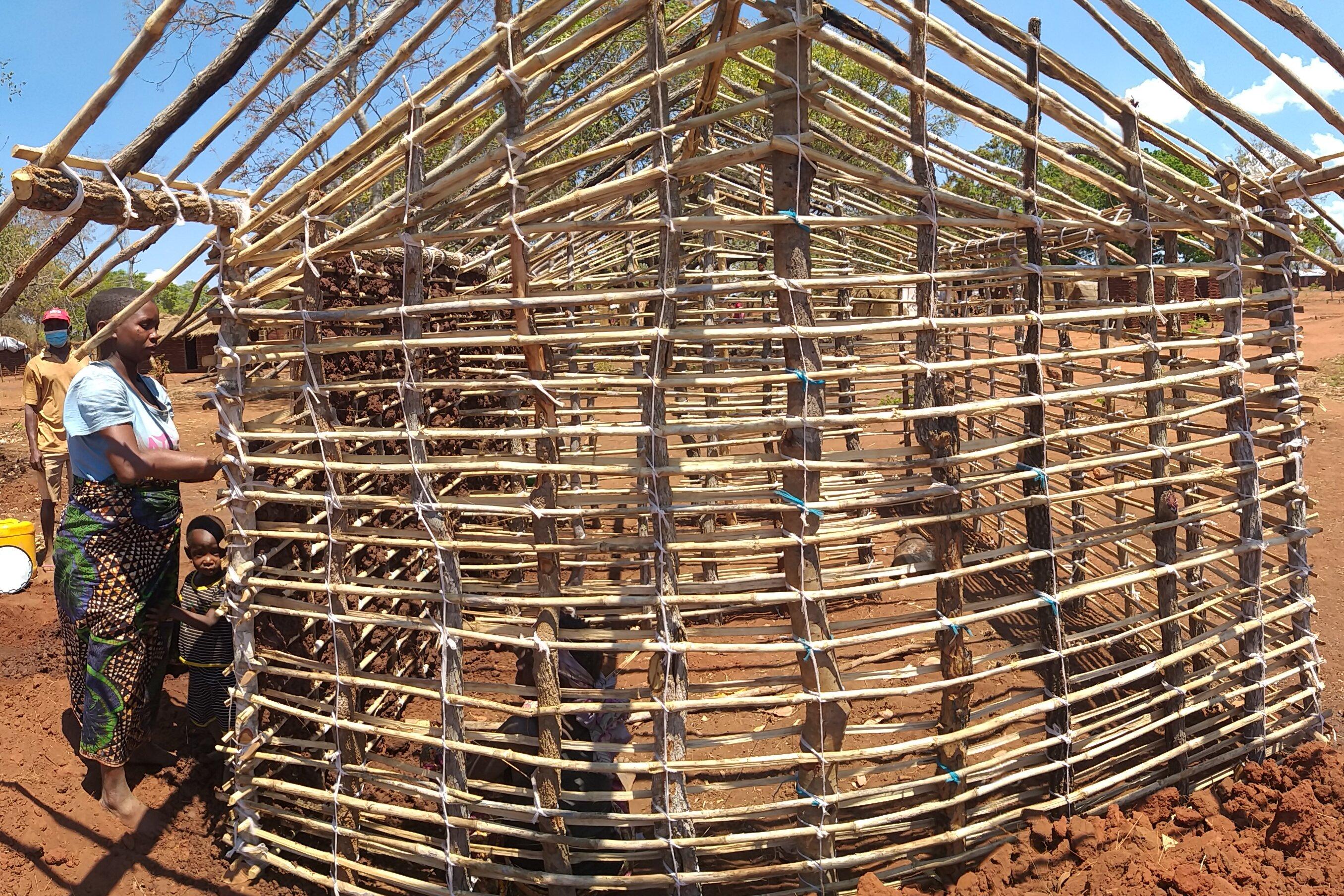 Huayile Machude baut ein Grundgerüst für ihr Haus.
