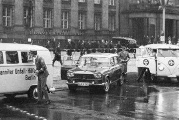 Johanniter im Einsatz bei der ersten großen Vietnamdemonstration im Jahr 1968 in Berlin.