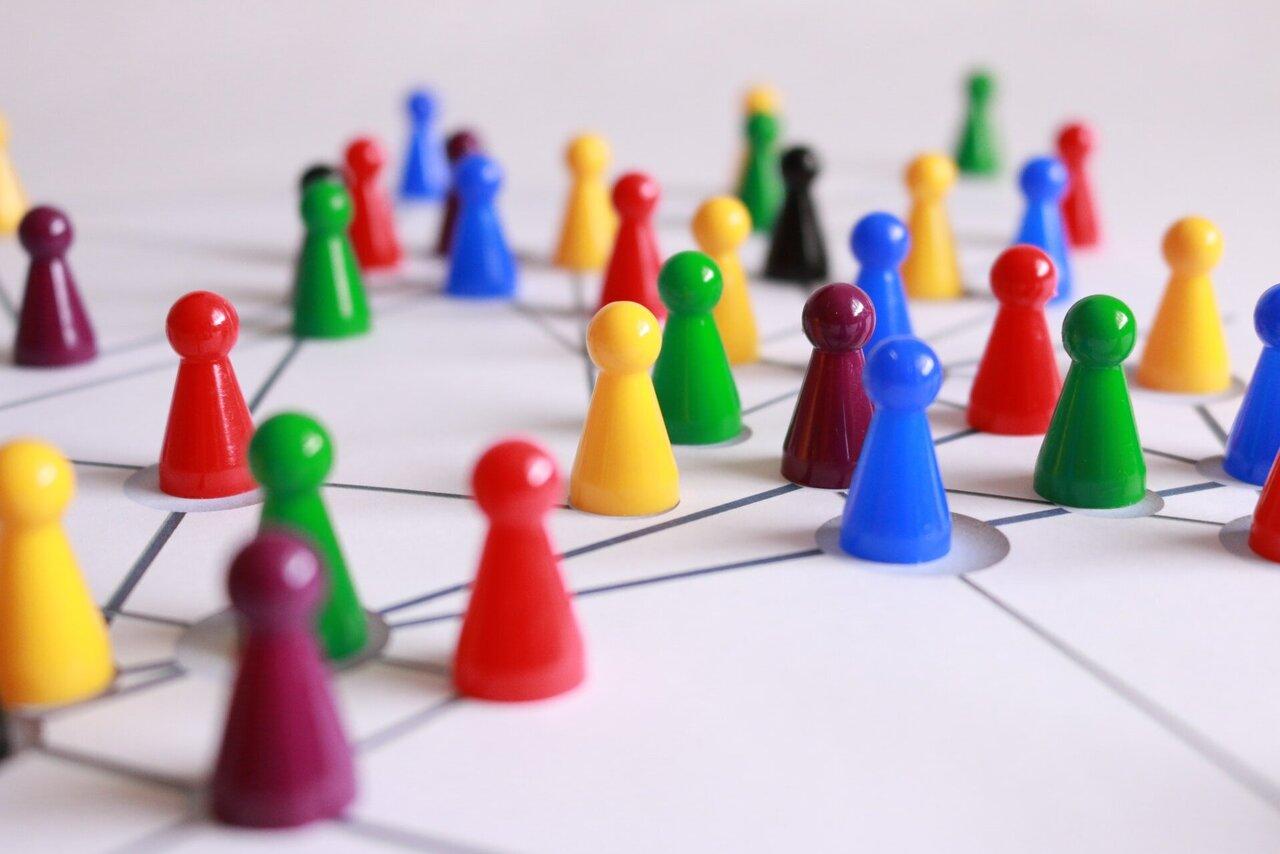 Ein Netzwerk aus bunten Spielfiguren.
