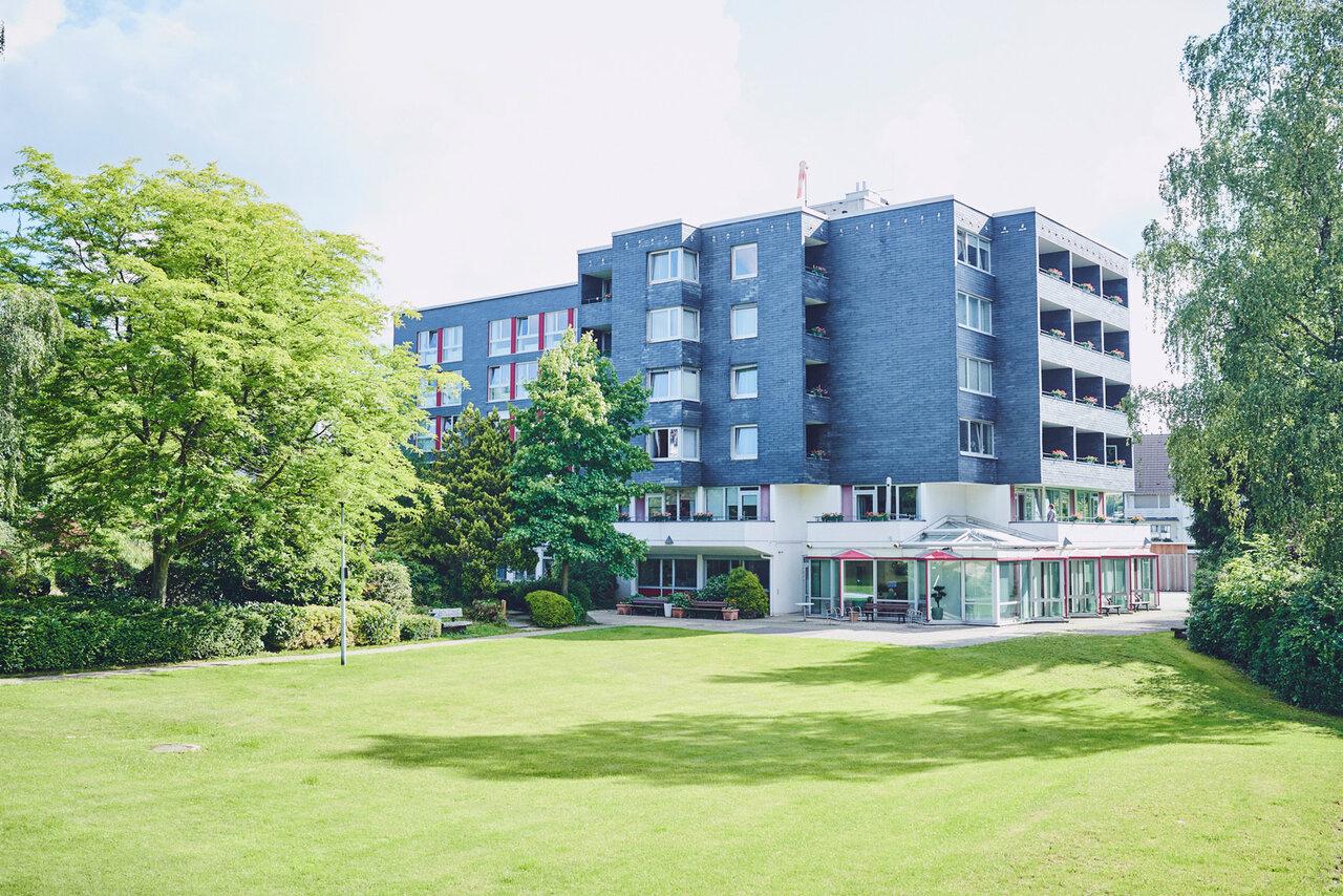 Blick auf das Gebäude über eine Rasenfläche