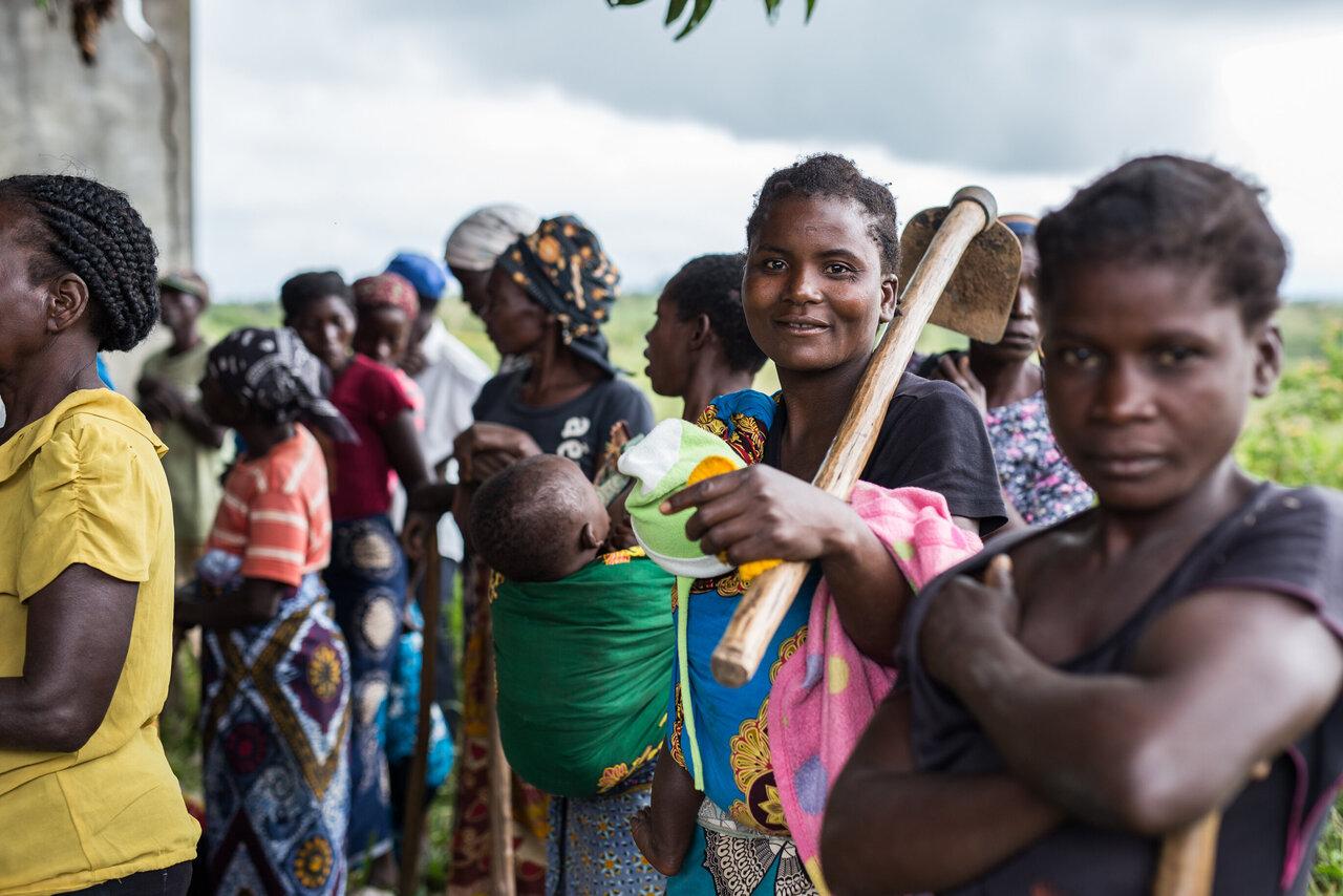 Frauen warten in Chimoio auf Verteilung von Saatgut