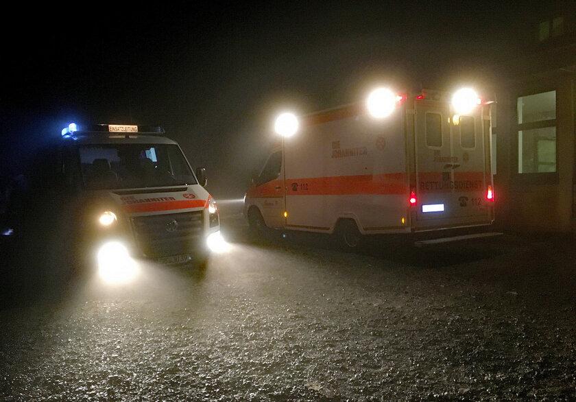 Einsatzfahrzeuge auf dem Brocken im Dunkeln