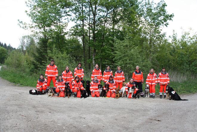 Gruppenbild der Mitglieder der Rettungshundestaffel Südniedersachsen gemeinsam mit ihren Hunden.