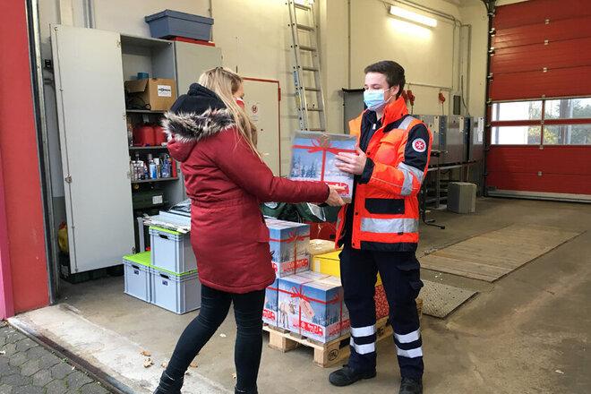 Paketübergabe durch Einrichtungsleitung im Außenbereich der Northeimer Dienststelle.