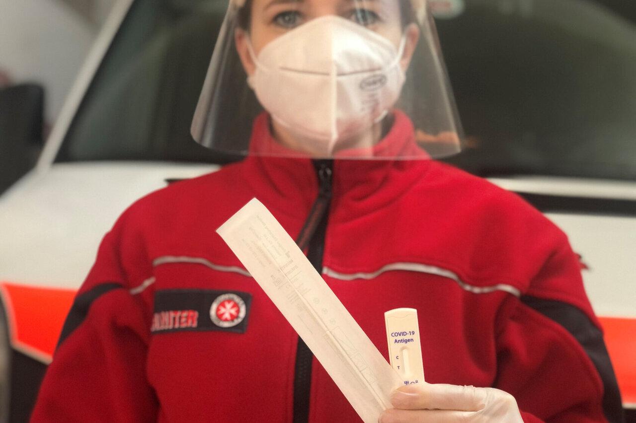 Eine Mitarbeiterin der Johanniter-Unfall-Hilfe zeigt einen Corona-Antigen-Schnelltest.