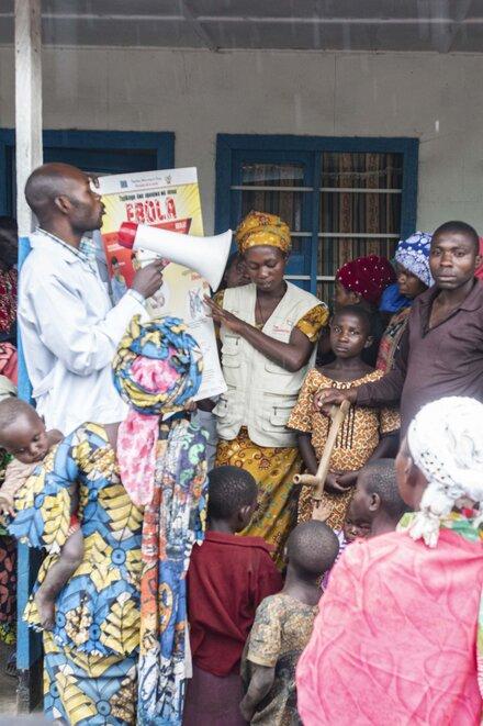 Johanniter Mitarbeitende klären über Ebola auf.