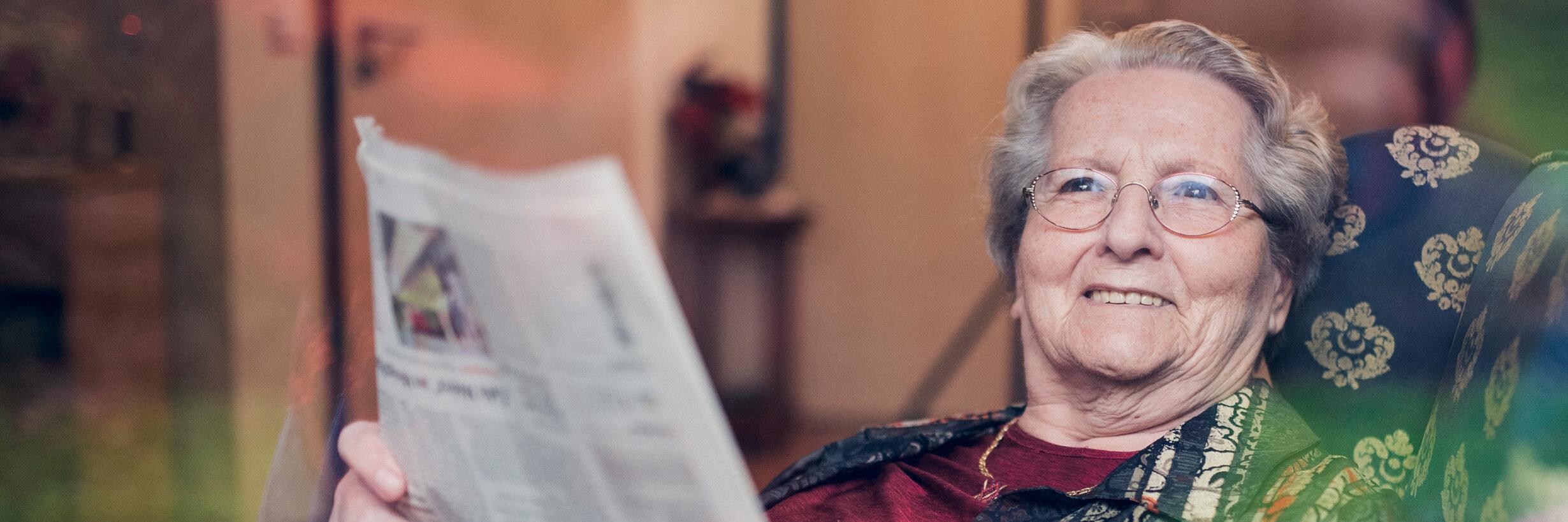 Eine Bewohnerin liest Zeitung im Mutter Eva von Tiele Winckler-Pflegeheim in Wentorf