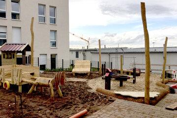 Spielpferd und weitere Holzspielgeräte des Außenbereiches der Kita am Wieter.