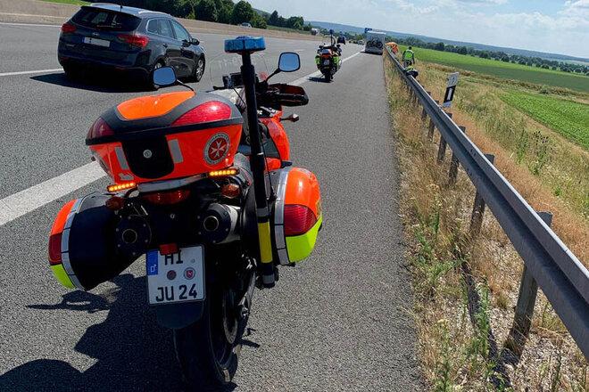 Einsatz-Motorrad der Johanniter-Motorradstaffel Hildesheim parkt auf dem Standstreifen.