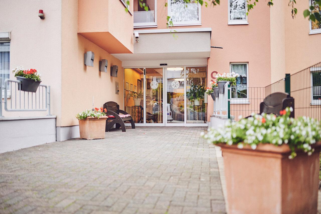 Blick von Außen auf den Eingangsbereich des Johanniter-Stift Oeneking