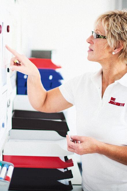 Johanniter-Pflegerin bei der Erstellung eines Dienstplans.