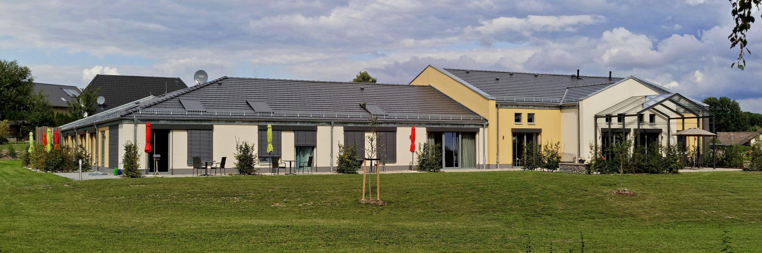 Grüne Wiesen umrahmen das Hospizhaus Heidekreis in Dorfmark
