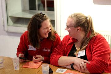 Zwei Jugendliche unterhalten sich und lachen