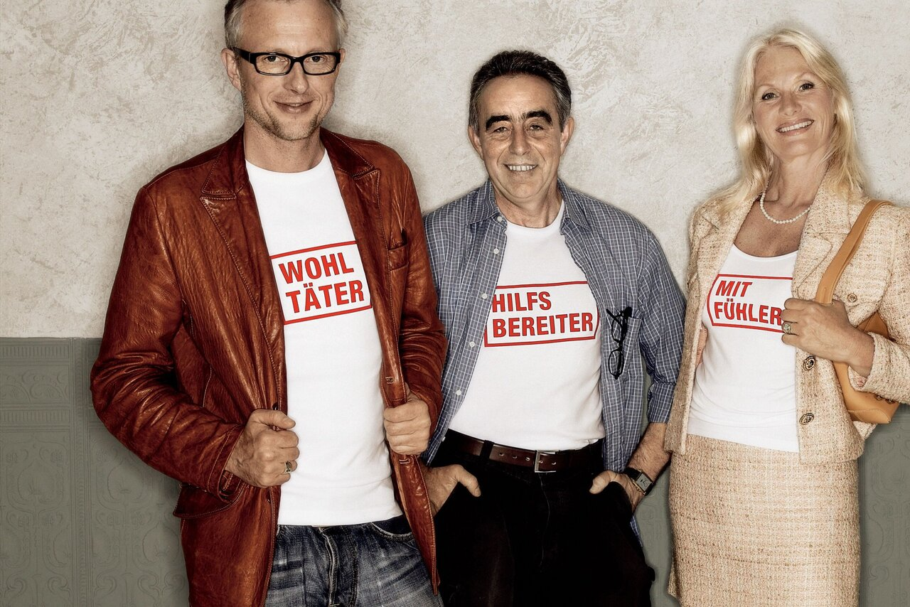 """Drei Johanniter-Fördermitglieder tragen T-Shirts mit der Aufschrift """"Wohltäter"""", """"Hilfbereiter"""", """"Mitfühler""""."""