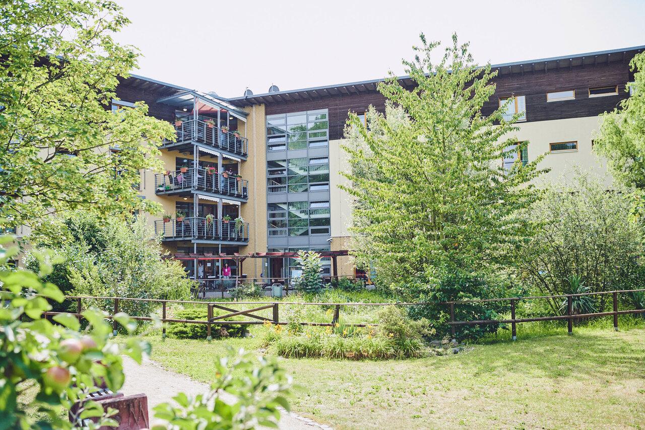 Hintere Außenansicht vom Gartenweg das Johanniter-Haus Köln Porz.