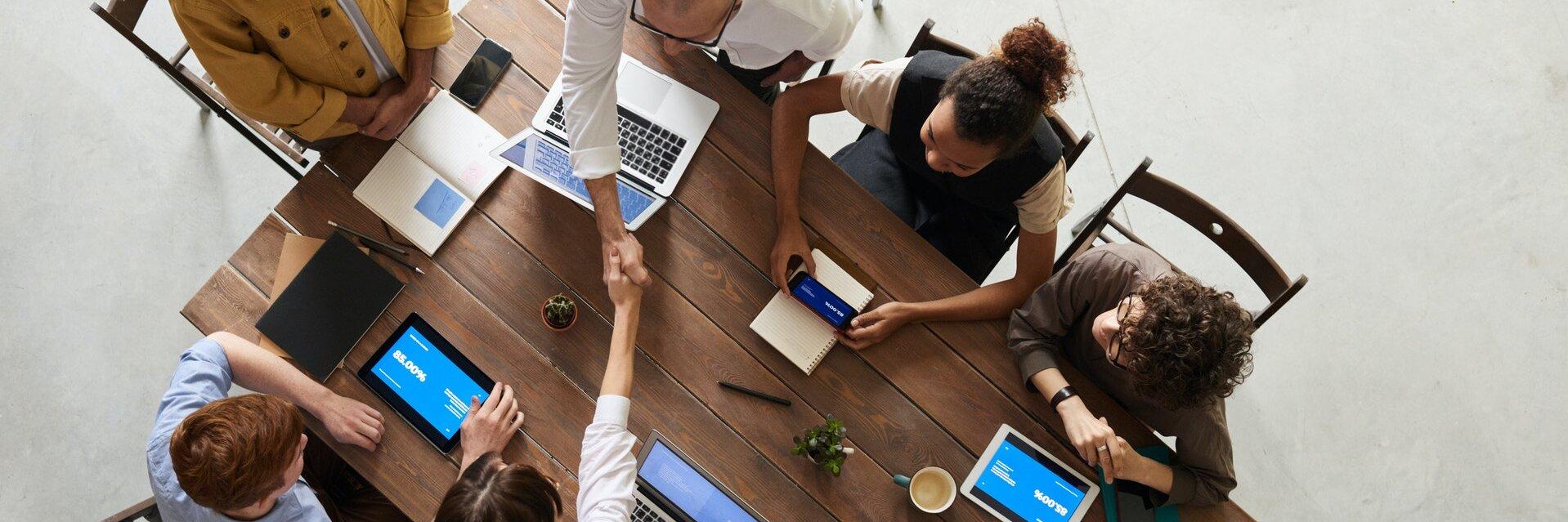 Eine Gruppe arbeitet gemeinsam an einem Tisch.