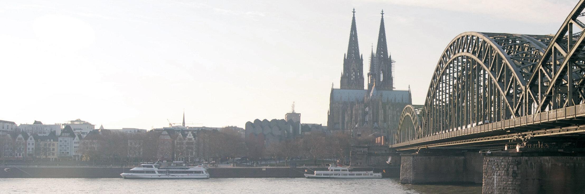 Rhein mit Hollernzollernbrücke und Kölner Dom im Hintergrund