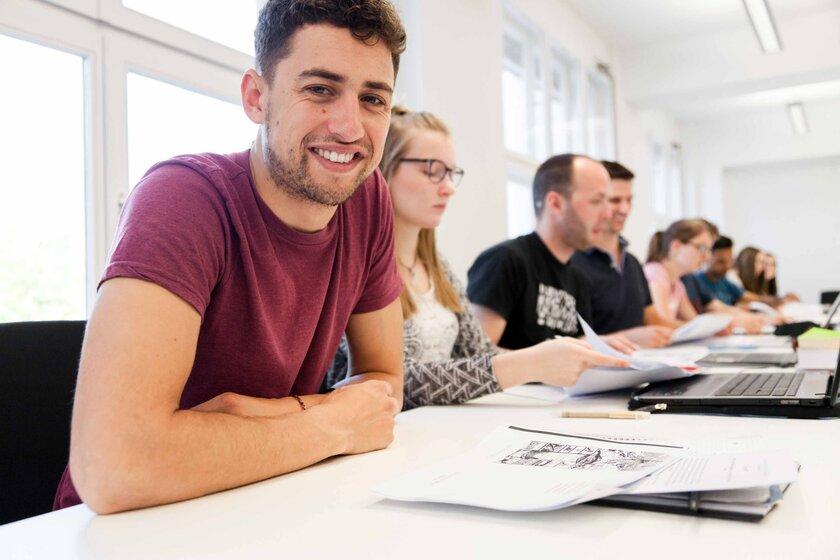 Mehrere Menschen lernen in der Hochschule