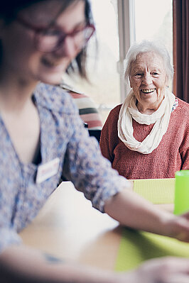 Eine Dame schaut der Beschäftigung mit einem Igelball zu