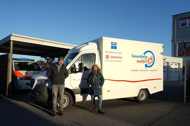 Thomas Müller und Sabine Gritzka, die das Gesundheitsmobil hauptamtlich betreuen, nehmen das neue Fahrzeug an der Lübecker Geschäftsstelle der Johanniter in Empfang.