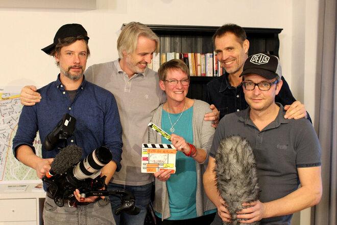 Gruppenbild der Quartiermanagerin gemeinsam mit dem Drehteam inklusive Kamera und Mikrophone.