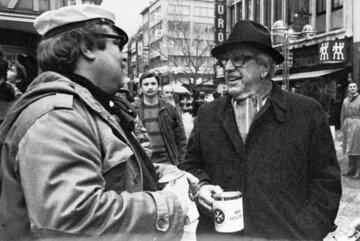 Der Kölner Schauspieler Willy Millowitsch sammelt im Jahr 1973 Spenden für die Johanniter-Unfall-Hilfe.
