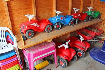 Bobby-Cars, kleine Schubkarren und Kinderstühle zum draußen spielen.