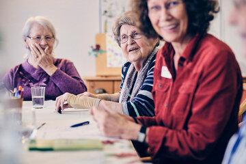 Eine Gruppe von Damen hat Spaß beim Gedächtnistraining