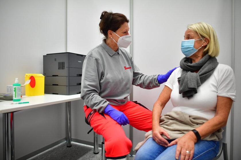 Eine Patientin wird im Impfzentrum der Johanniter in Osnabrück auf ihre Corona-Impfung vorbereitet.