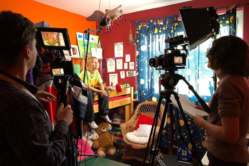 Laura in ihrem Kinderzimmer.