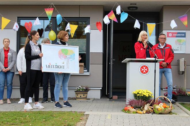 Rede von Nicola Lahl, neben ihr stehen Dienststellenleiter Bernward Kellner und ihre Mitarbeiterinnnen.