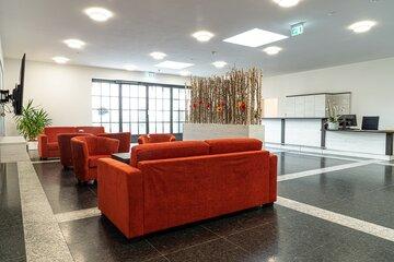 Lobby der Johanniter Wohnanlage in Bad Wörishofen mit Empfangsbereich und Sitzecken.