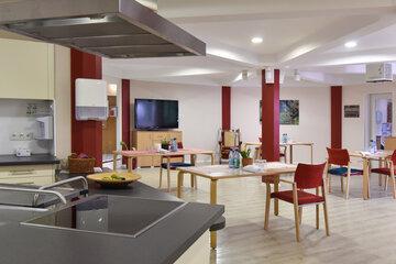 Hell gestalteter Speiseraum mit Tisch und Stühlen im Johanniterhaus Bonn.