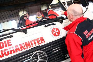 Wie nur wenige Rettungsschulen verfügt die Johanniter-Akademie über ein komplett mit allem erforderlichem Material eingerichtetes Übungsareal auf dem Schulgelände.