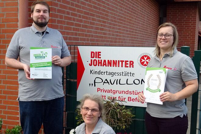 """René Peter, Marion Holborn und Sarah Elftmann (v.l.) freuen sich über die Zertifizierung zum """"Haus der kleinen Forscher""""."""