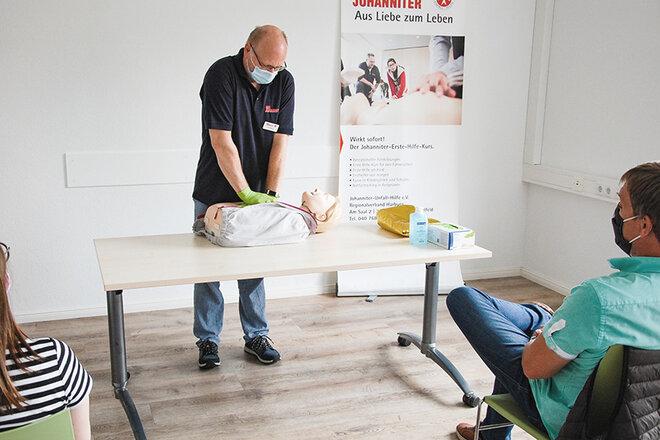 Ein Erste-Hilfe-Trainer demonstriert eine Herz-Lungen-Wiederbelebung