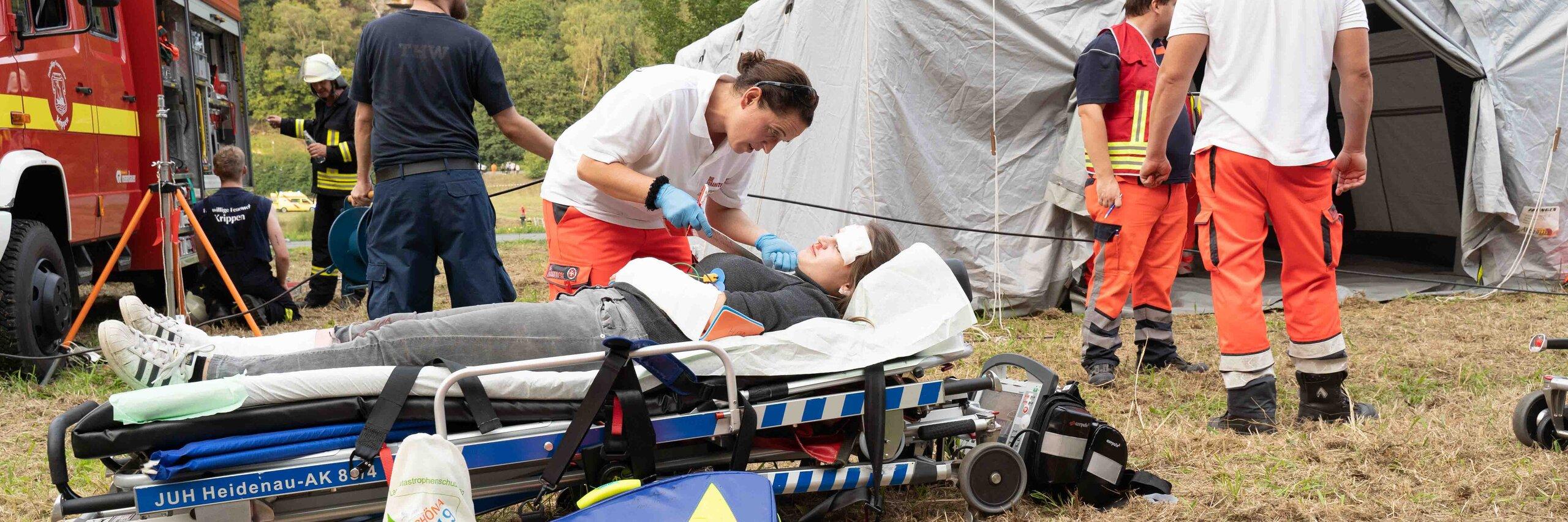 Katastrophenschützer aus Dresden versorgen bei Übung einen Verletzten
