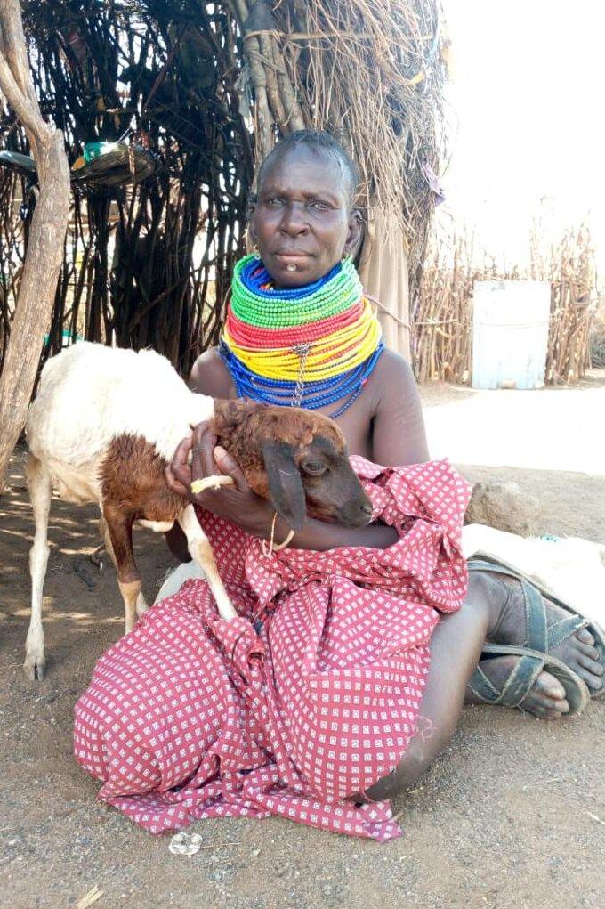 Akai Loroi mit einer Ziege