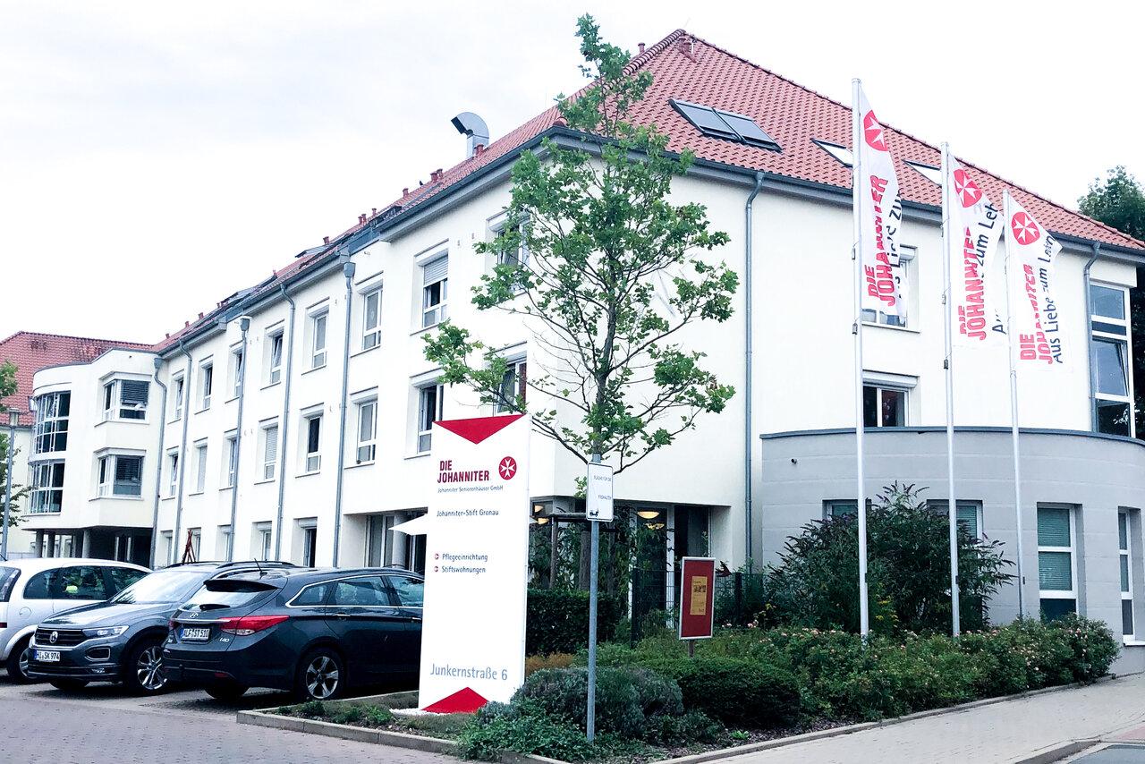 Eine Außenansicht mit Parkplatz des Johanniter-Stift Gronau